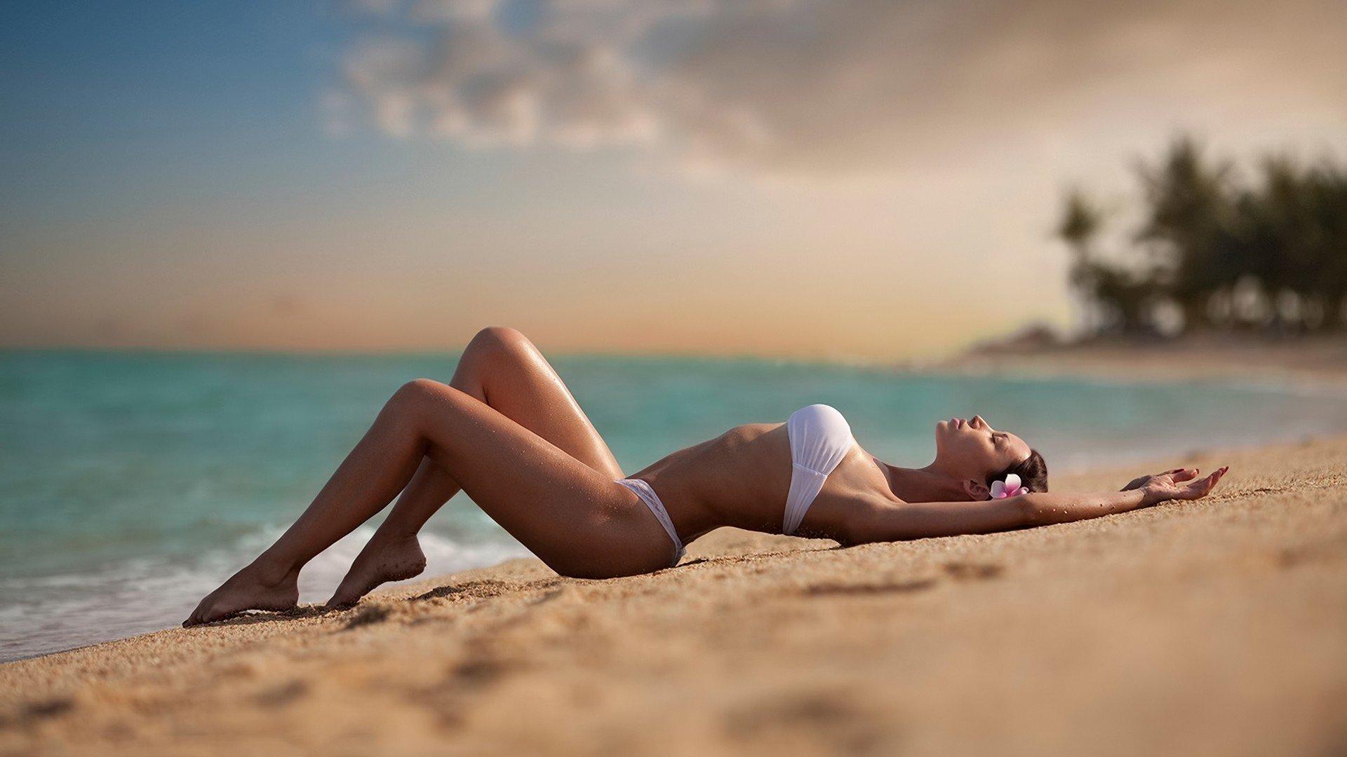 433716-beach-women